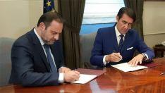 El ministro (izda.) y el consejero en la firma del acuerdo.