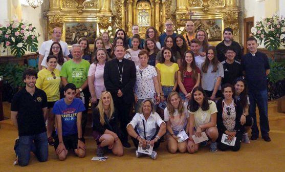 El grupo, en la iglesia del Carmen, en El Burgo. /DOS