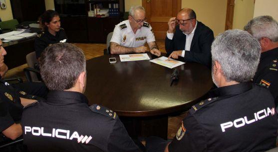 El subdelegado, (dcha.) con el jefe de la Comisaría, Luis Gibert.