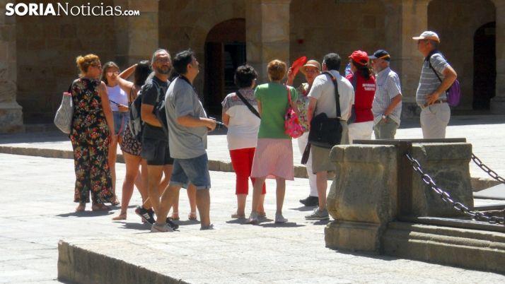 Un grupo de turistas en la plaza Mayor de la capital. /SN