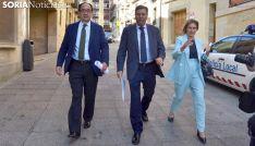 El consejero (ctro.), junto a la viceconsejera de Empleo y al delegado de la Junta. /SN