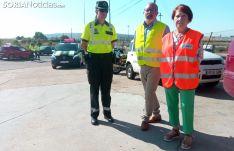 Teresa Miras (izda.), Miguel Latorre y Francisca Delgado este lunes en una carretera de la provincia. /SN
