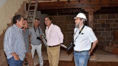 El delegado de la Junta, Manuel López (ctro.) en la visita girada a la iglesia este martes. /Jta.