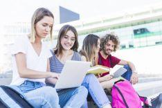 Estudiantes con dispositivos digitales.