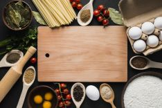Conjunto de alimentos, los cuales rodean un utensilio de cocina. Imagen de archivo.