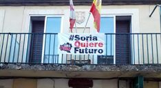 Una pancarta en el balcón del ayuntamiento de Retortillo.
