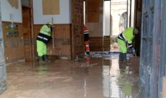 Operarios de la Diputación en las labores de limpieza en la entrada al montasterio. /Dip.