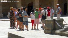 Una visita guiada en la plaza Mayor este verano. /SN