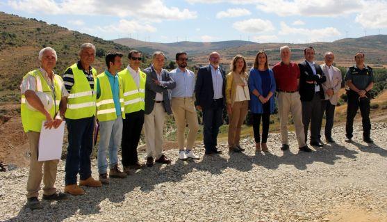 Visita a las obras por parte de la presidenta de la CHE, con autoridades y técnicos. /Subdeleg.
