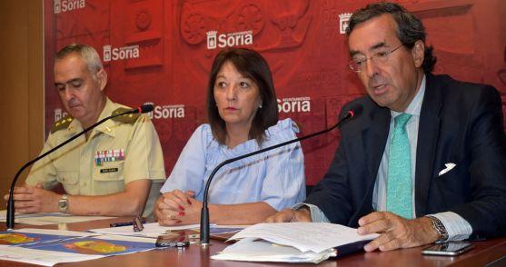 Mauro Velasco (izda.), Lourdes Andrés y Amalio de Marichalar. /Ayto.