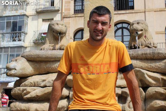 Rubén Andrés, frente a la fuente de los leones en la plaza Mayor de Soria. SN