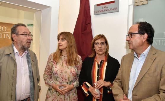 Carlos de la Casa, (izda.), Mar Sancho, Marian Arlegui y Manuel López bajo la placa. /Jta.