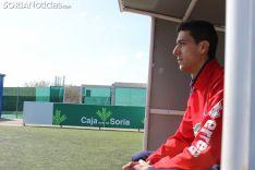 Pablo Ayuso está sentado en uno de los banquillos ubicados en la Ciudad del Fútbol.