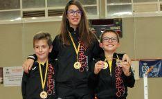 Miguel Pérez (izda.), Carmen Carro y Hugo Sanz con sus medallas. /CVB