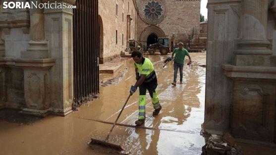 Labores de limpieza en el exterior del monasterio tras la riada de septiembre. /SN