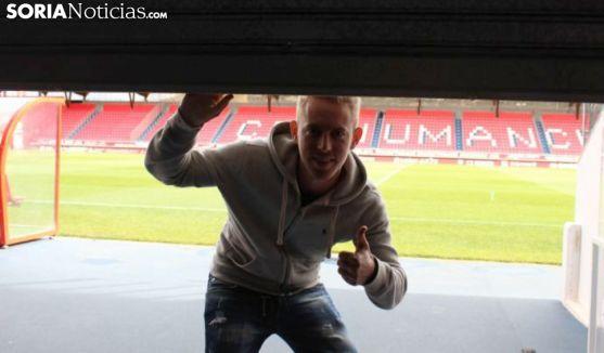 Dani Nieto sujeta una persiana a medio abrir en el estadio de Los Pajaritos. /SN
