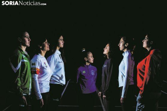 De izquierda a derecha, Milena, Raquel, Edurne, Gabriela, Silvia, Ana y Miriam. David Almajano y Carmen de Vicente.