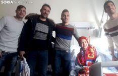 Ripa, López Garai, Luis Valcarce y Carlos Gutiérrez visitan a tres de los niños ingresados en el Santa Bárbara. /SN