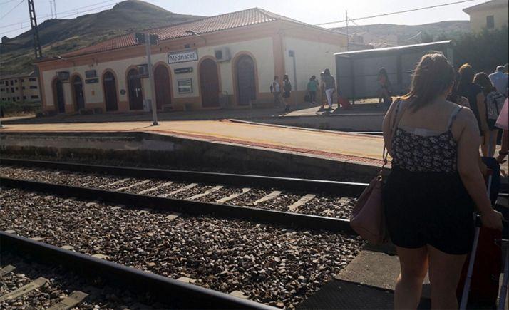 Viajeros en Medinaceli tras apearse del tren por una avería en agosto pasado.