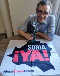 Del Campo, con el 'cabezón' y la bandera de la Soria Ya. /SY