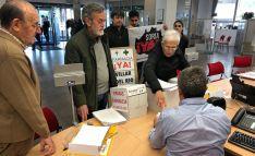 Imagen de la entrega de las firmas este lunes.