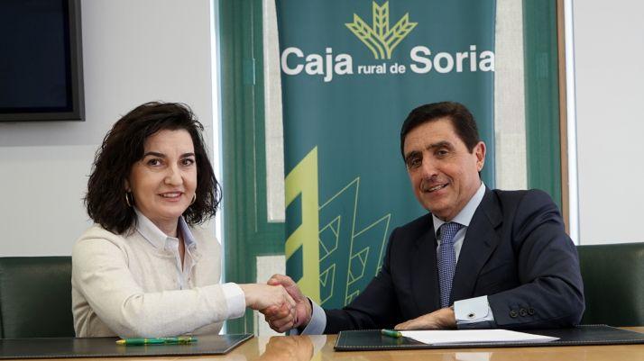 Reyes Juberías y Carlos Martínez tras la rúbrica del acuerdo. /CRS