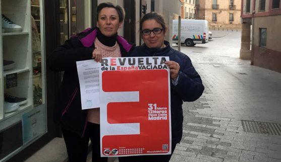 Presidentas de ambas asociaciones con el cartel de la convocatoria y el manifiesto conjunto.