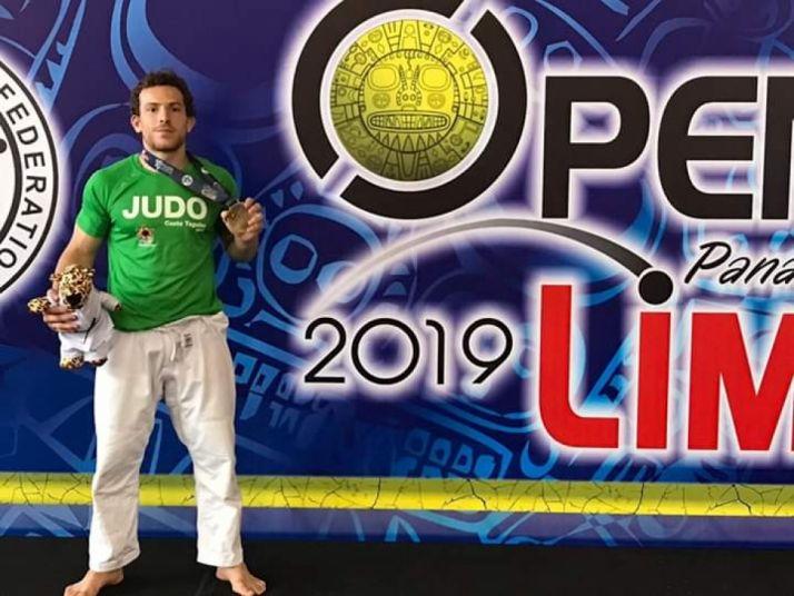 Alexis Rosa muestra la medalla de oro obtenida en Lima.