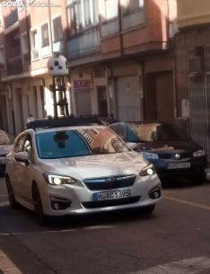 El automóvil de Apple Maps recorriendo las calles del Calaverón. /SN