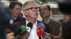 El ministro, en el CAEP, flanqueado por Carlos Martínez y Manuel López. /SN