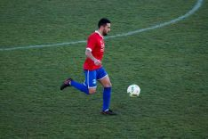 Alfonso Gonzalo, delantero del Uxama, controla un balón sobre el césped. Sporting Uxama