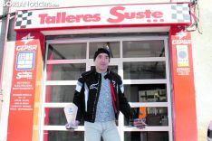Agustín Álvaro muestra dos trofeos delante del taller que regenta, 'Talleres Suste'. SN