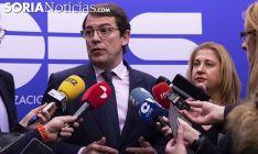 Alfonso Fernández Mañueco y Yolanda de Gregorio este martes en la sede de FOES. /Jasmín Malvesado