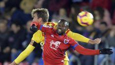 Diamanka salta a por un balón contra un jugador del Nàstic en Los Pajaritos. LaLiga
