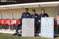 Diego Fernández, Carlos Ortega y Pablo Ayuso, sentados en el banquillo de la Ciudad del Fútbol. /SN