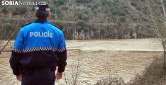 Un agente de la Policía Municipal en las orillas del Duero. /SN