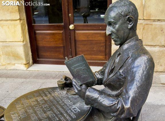 Escultura de Gerardo Diego en Soria.