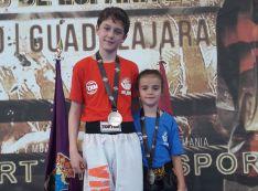 Adriana Verde y Christian Almería con sus medallas.