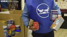 Un voluntario soriano en la 'Gran Recogida' del Banco de Alimentos de Soria. /SN