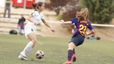 Lucía Rodríguez intenta zafarse de una jugadora del FC Barcelona en Matapiñonera. LFP