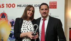 Blanca López y Roberto Antón con el premio.