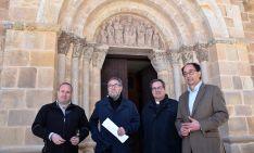 Yagüe (izda.), De la Casa, Oliva y López en la portada principal del templo. /Jta.