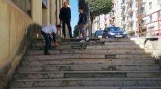 Luis Alberto Romero, Enrique García y Teresa Madrid en las escalerillas de la calle Santo Tomé. /SeC