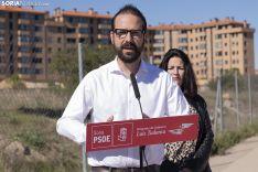 Ángel Hernández frente a la parcela del centro de salud Soria Norte. /Jasmín Malvesado.