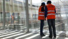 Técnicos de Elecnor supervisan en un edificio el proyecto de instalación eléctrica. /Elecnor