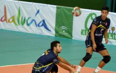Óscar Prades recepciona un balón. RFEVB