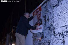Pegada de carteles para la campaña municipal. /Jasmín Malvesado