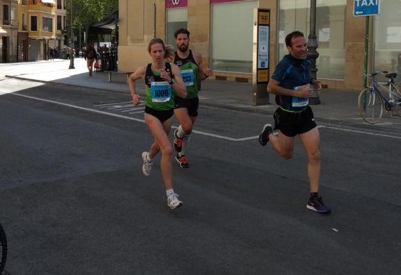 Navascués corriendo por las calles de Pamplona.