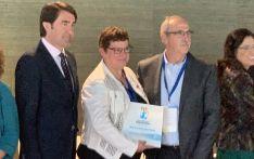 El consejero (izda.) entregando el premio a responsables del IES. /CFIE